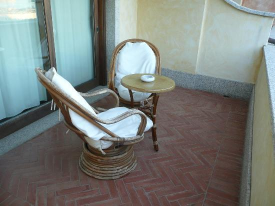 Hotel Pozzo Sacro: fauteuils en chambre sup.d&#39;une autre epoque et coussin sale