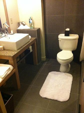 DoubleTree by Hilton Hotel Monrovia - Pasadena Area: Clean, modern bathroom