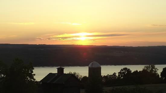 The Inn at Grist Iron: beautiful sunset from our balcony on upper lodge