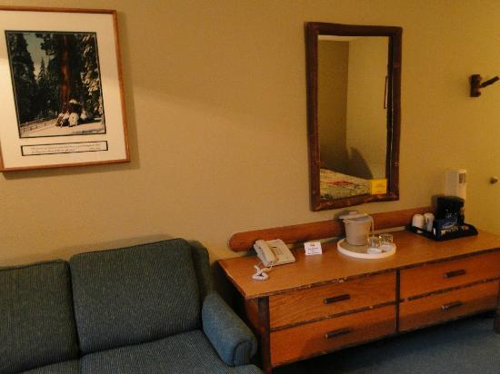 John Muir Lodge: Basic amenities, ice bucket, coffee maker, phone