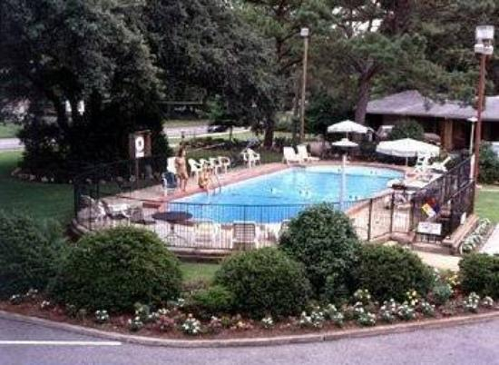 The Carolinian Inn: Pool view