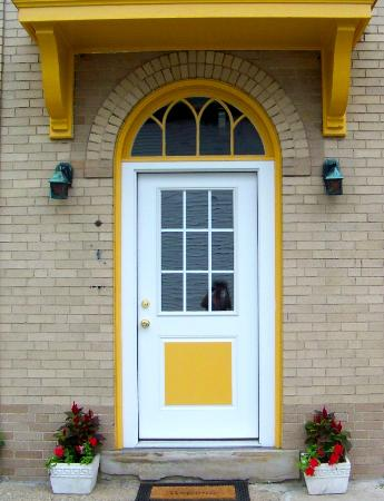 Connellsville, PA: Door to B&B