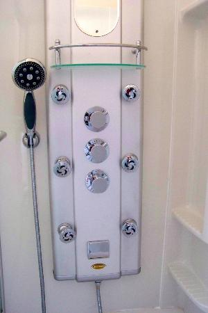 Connellsville Bed and Breakfast: Shower Tower in the German Room