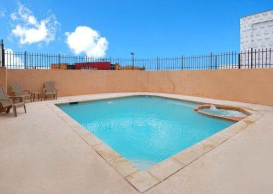 Comfort Suites Dallas: Pool