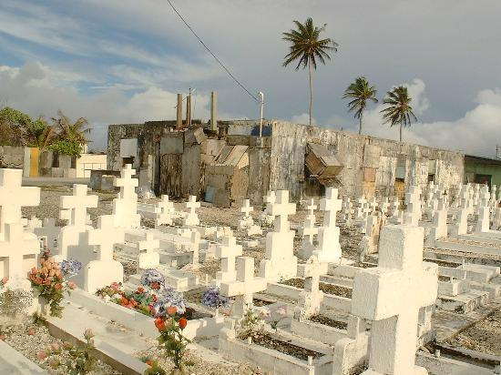 Isole Marshall: Cemetary on east shore, Ebeye, Kwajelein Atoll, RMI