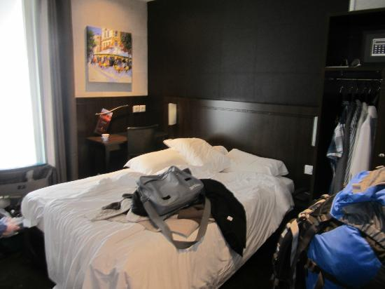 Hotel de la Paix Tour Eiffel: Our Double Room (room faced street which made it very loud & difficult to sleep)