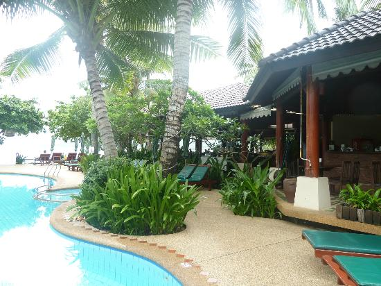 Baan Chaweng Beach Resort & Spa: The Dining Area overlooks the pool and the beach. Everyone gets a share of the view!