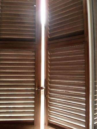 Ines B & B: Outside Shutters with Double Glazed Windows to shut out the street