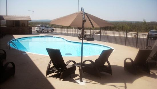 Foxborough Inn &amp; Suites: Outdoor Pool and Sundeck