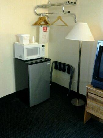 Econo Lodge Inn & Suites Denver : the suite had a small kitchen and the double room had a nice sized mini refrigerator and microwa