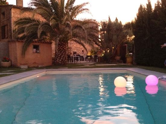 Camelas, Francja: the pool and the restaurant