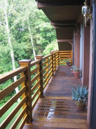 Great Gully Lodge: Second floor balcony & access to three rooms