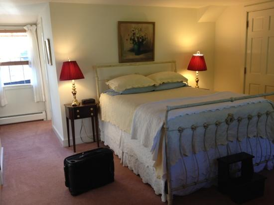 The Charleston House: comfortable clean room