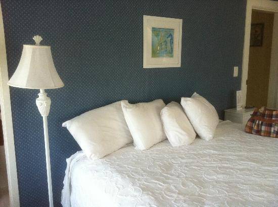 Seadar Inn By the Sea: Queen bed tucked under the attic eaves!