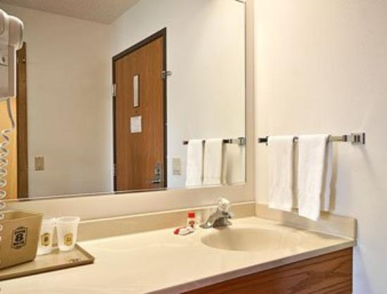 Super 8 Indianola/Des Moines Area: Bathroom
