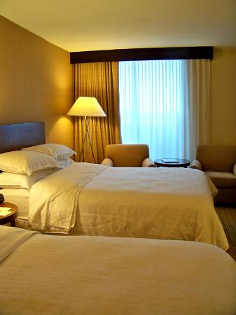 Sheraton Milwaukee Brookfield Hotel: Comfy 2-bed Queen Rm