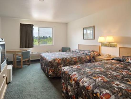 Super 8 Motel Ely: Standard Two Double Bed Room