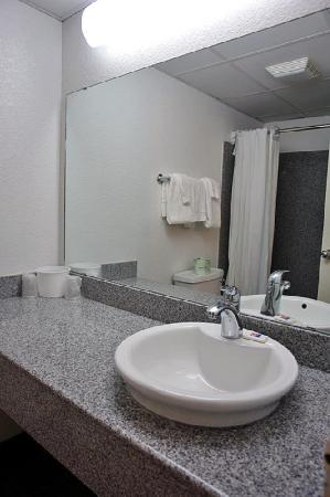 Motel 6 Oklahoma City: MBathroom