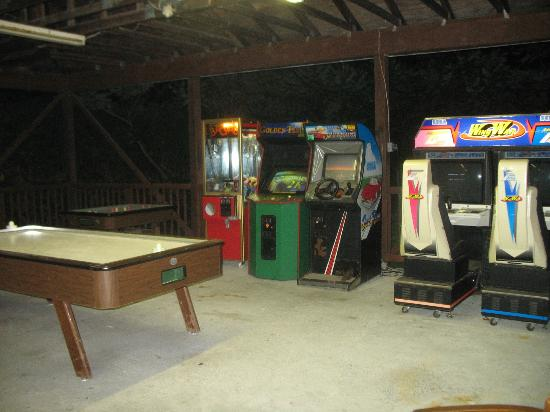 Lyn Aire Motel Resort: Game room at night