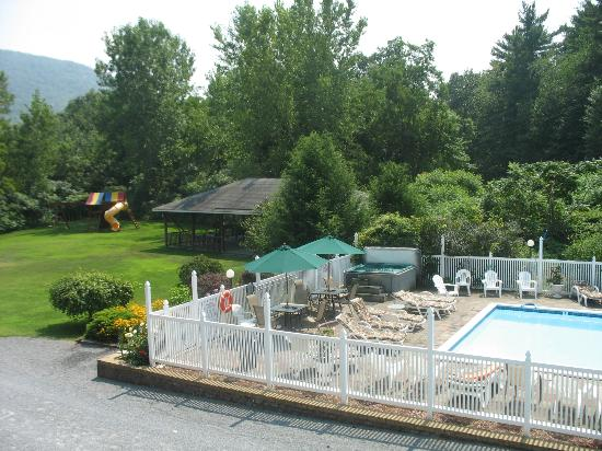 Lyn Aire Motel Resort : View from building with 2 storeys: pool &amp; game area
