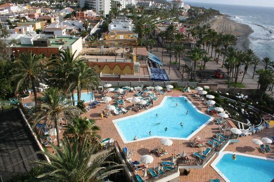 Sol Tenerife: Piscina y playa al fondo