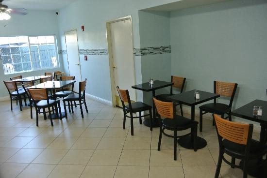 Comfort Suites: Breakfast Sitting Area