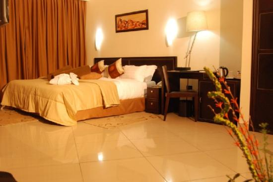 Oak Plaza East Airport Hotel: Suite