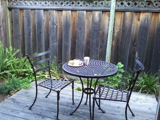 Red Cottage Inn: Ready to enjoy my continental breakfast on my room's private deck!