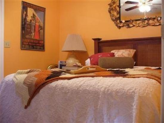 Inn at Woodward Park B&amp;B: Guest Room -OpenTravel Alliance - Guest Room-