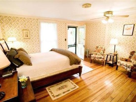 Goshen, VA: Teter Wood (pet-friendly) Guest Room