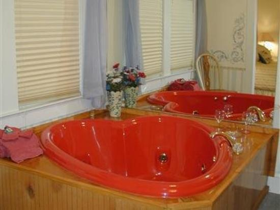 Black Forest B&amp;B and Luxury Cabins: Heart Shaped Jacuzzi Tub