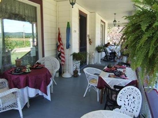 Gallets House Bed and Breakfast Inn: Porch