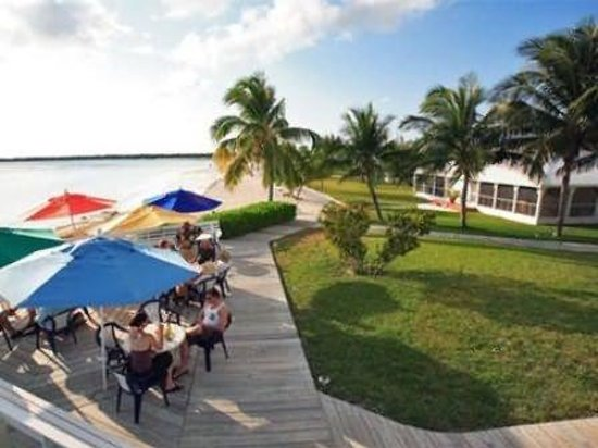 Cape Santa Maria Beach Resort & Villas: Outdoor dining with a view