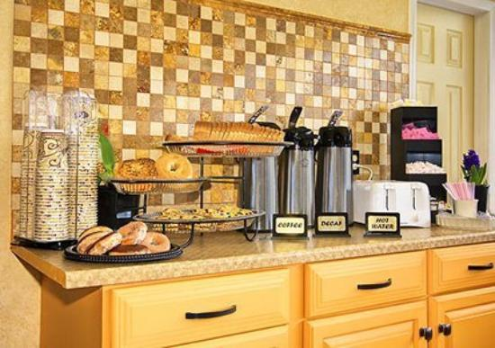 Econo Lodge Inn & Suites: Breakfast items