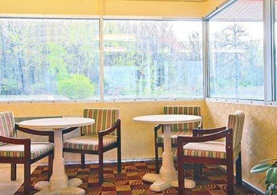 Econo Lodge Inn & Suites: Breakfast seating area