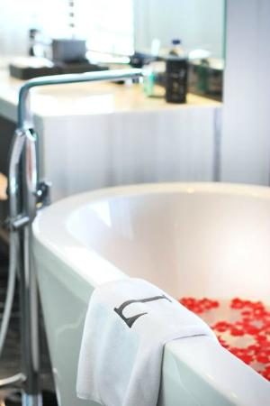 L Hotel Seminyak: Luxurious Bathtub in our Luxe Suite