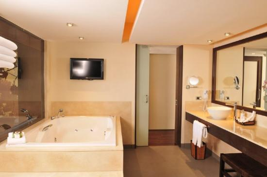 Dreams Los Volcanes: Jacuzzi Presidential Suite