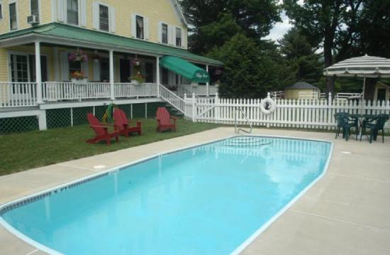 RiverWood Inn: Pool