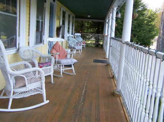 RiverWood Inn: Farmer-s Porch