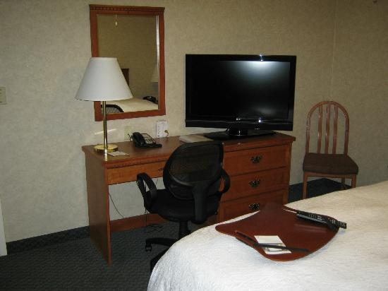 Hampton Inn & Suites By Hilton Calgary- University Northwest: desk in bedroom