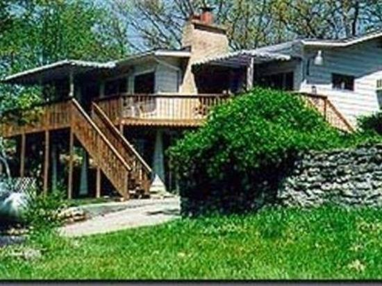 Lakeshore Bed and Breakfast: Exterior