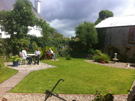 The Boat Inn: Private walled garden to rear