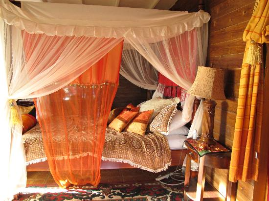 Crystals: Our bed in Calabash Treehouse