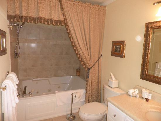 Oak Hill on Love Lane Bed &amp; Breakfast: Our bathroom!