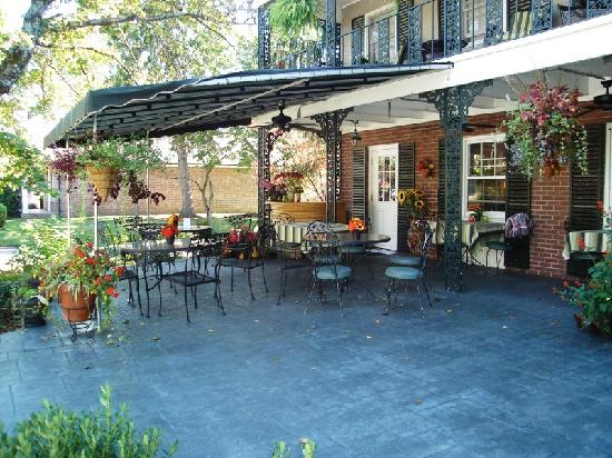 The Inn on Main Street: The courtyard- the front of the inn and the patio seating of the lovely dining location Courtyar