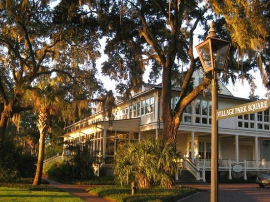Montage Palmetto Bluff: The main building and palms at Palmetto