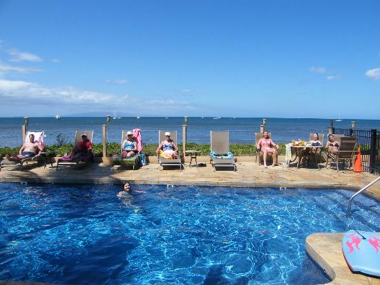Kihei Sands Beach Condominium: Guests lounging at the pool