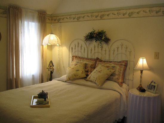 Historic Midland St. Bed and Breakfast: Another view of Aviary Room