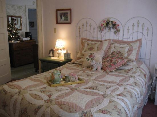 Historic Midland St. Bed and Breakfast: Rose Sleeping Room