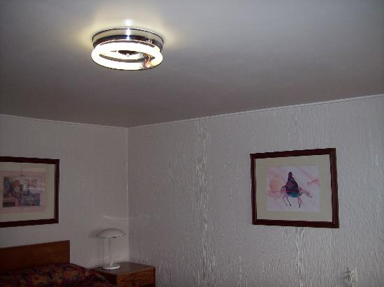 Treasure Trail Motel: Flickering florescent ceiling light